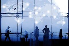 Silhouetté des personnes dans l'aéroport au coucher du soleil Les affaires et se relient Photo libre de droits