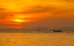 Silhouetté du bateau en mer chez Krabi, la Thaïlande Photos stock