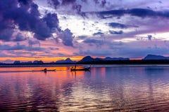 A silhouetté la plage au temps de coucher du soleil, sur le ciel crépusculaire ensuite Photos stock