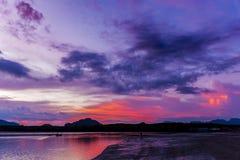 A silhouetté la plage au temps de coucher du soleil, sur le ciel crépusculaire ensuite Photos libres de droits