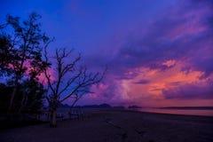 A silhouetté la plage au temps de coucher du soleil, sur le ciel crépusculaire ensuite Photographie stock