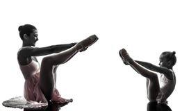 Silhouett för dans för kvinna- och liten flickaballerinabalettdansör Arkivfoto