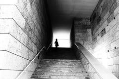 Silhouette à l'extrémité des escaliers photos stock