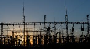 Silhouette électrique de sous-station sur le fond dramatique de coucher du soleil Photographie stock libre de droits