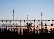 Silhouette électrique de sous-station sur le fond dramatique de coucher du soleil Images stock