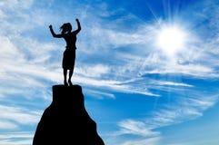 Silhouette бизнес-леди на пике горы Стоковые Фотографии RF