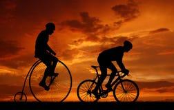 Silhouette велосипедисты на велосипедах стоковые изображения rf