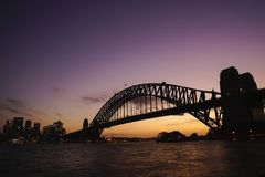 Silhouette взгляд моста гавани Сиднея на красочном сумерк s Стоковое Фото