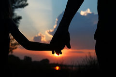 Silhouette владения родителя рука ребенка Стоковые Фото