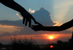 Silhouette владения родителя рука ребенка Стоковые Изображения RF
