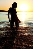 silhouette женщина захода солнца Стоковое Изображение RF