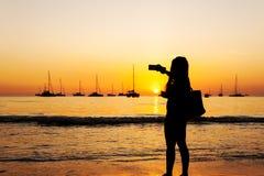 Silhouette женщины снимая изображение с умным телефоном Стоковое фото RF
