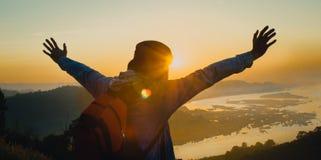 Silhouette изображение счастливой празднуя выигрывая женщины успеха Стоковые Фото