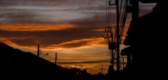 Silhouette изображение с электрическим проводом котором с золотым светом в Стоковое Фото