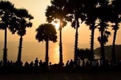 Silhouette перемещение точки зрения Laem Phrom Thep моря захода солнца популярное на Пхукете Таиланде Стоковая Фотография RF