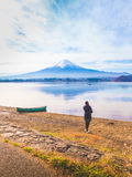 Silhouette путешественник 30s девушки Азии к стойке 40s и см. на фронте Стоковая Фотография