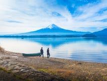 Silhouette путешественник 30s пар Азии к 40s идя на сторону Ла Стоковые Изображения RF