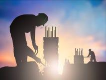 Silhouette рабочий-строитель в строительной площадке над запачканным c Стоковая Фотография