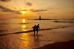 Silhouette романтичная сцена пар на пляже  Стоковая Фотография RF