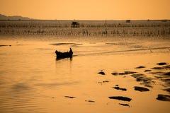Silhouette рыбацкая лодка Стоковое Изображение
