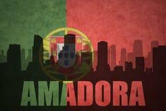 Silhouette abstraite de la ville avec le texte Amadora au drapeau de Portugais de vintage Photos stock