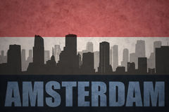 Silhouette abstraite de la ville avec le texte Amsterdam au drapeau de Néerlandais de vintage Photos stock