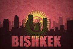 silhouette abstraite de la ville avec le texte Bichkek au drapeau du Kirghizistan de vintage illustration de vecteur