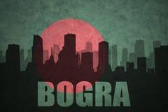 Silhouette abstraite de la ville avec le texte Bogra au drapeau du Bangladesh de vintage Image stock
