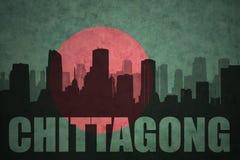 Silhouette abstraite de la ville avec le texte Chitagong au drapeau du Bangladesh de vintage Photo libre de droits
