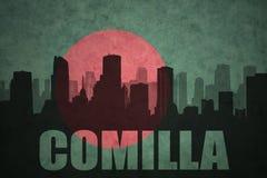 Silhouette abstraite de la ville avec le texte Comilla au drapeau du Bangladesh de vintage Photo stock