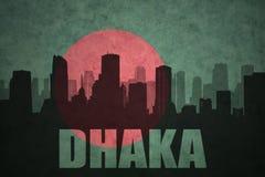 silhouette abstraite de la ville avec le texte Dhaka au drapeau du Bangladesh de vintage Image libre de droits