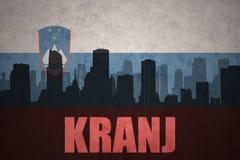 Silhouette abstraite de la ville avec le texte Kranj au drapeau de Slovène de vintage images stock
