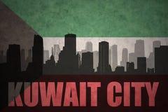 Silhouette abstraite de la ville avec le texte Kuwait City au drapeau du Kowéit de vintage Images stock