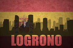Silhouette abstraite de la ville avec le texte Logrono au drapeau d'Espagnol de vintage Photo libre de droits