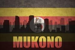 Silhouette abstraite de la ville avec le texte Mukono au drapeau d'ugandan de vintage Images stock