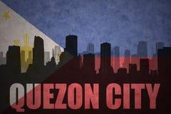 Silhouette abstraite de la ville avec le texte Quezon City au drapeau de Philippines de vintage Images libres de droits