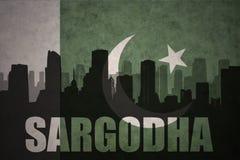 Silhouette abstraite de la ville avec le texte Sargodha au drapeau du Pakistan de vintage illustration libre de droits