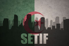 Silhouette abstraite de la ville avec le texte Setif au drapeau d'Algérien de vintage Images libres de droits