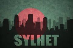 Silhouette abstraite de la ville avec le texte Sylhet au drapeau du Bangladesh de vintage Image stock