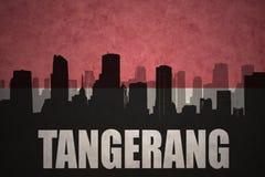 Silhouette abstraite de la ville avec le texte Tangerang au drapeau d'Indonésien de vintage Images libres de droits
