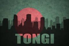 Silhouette abstraite de la ville avec le texte Tongi au drapeau du Bangladesh de vintage Photographie stock