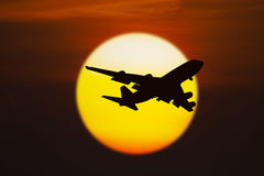 Silhouette of airplane on sunset Royalty Free Stock Photos