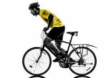 Silhouette allante à vélo de vélo de montagne d'homme Photographie stock libre de droits