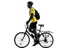 Silhouette allante à vélo de vélo de montagne d'homme Image stock