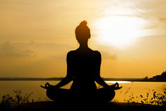Silhouette Asia woman yoga on sunset Royalty Free Stock Photos