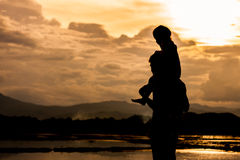 Silhouette asian little girl riding on father& x27;s shoulder and pla royalty free stock images