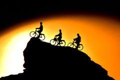 Silhouette av cyklisten Fotografering för Bildbyråer
