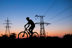Silhouette av cyklisten Arkivfoto