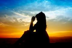 Silhouette av den härliga kvinnan för ung sensuality Arkivfoto