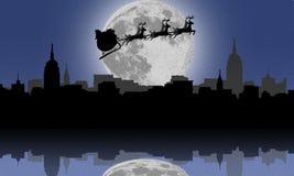 Silhouette av den Santa och julrenen över Arkivbild